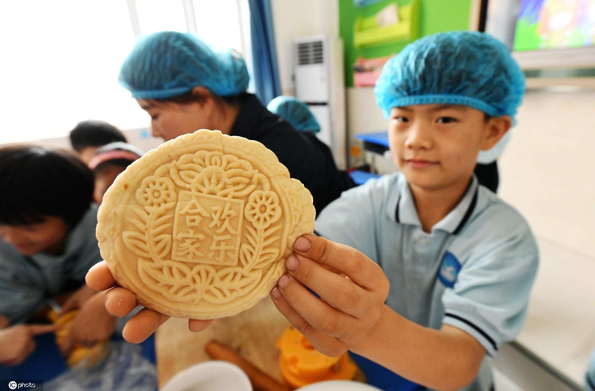 2020年9月27日,河北邯郸,广平县第四实验小学的学生在综合实践课上学习制作月饼,感受传统文化的魅力,迎接中秋佳节。