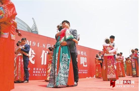 菏泽牡丹广场上20对新人举行集体婚礼