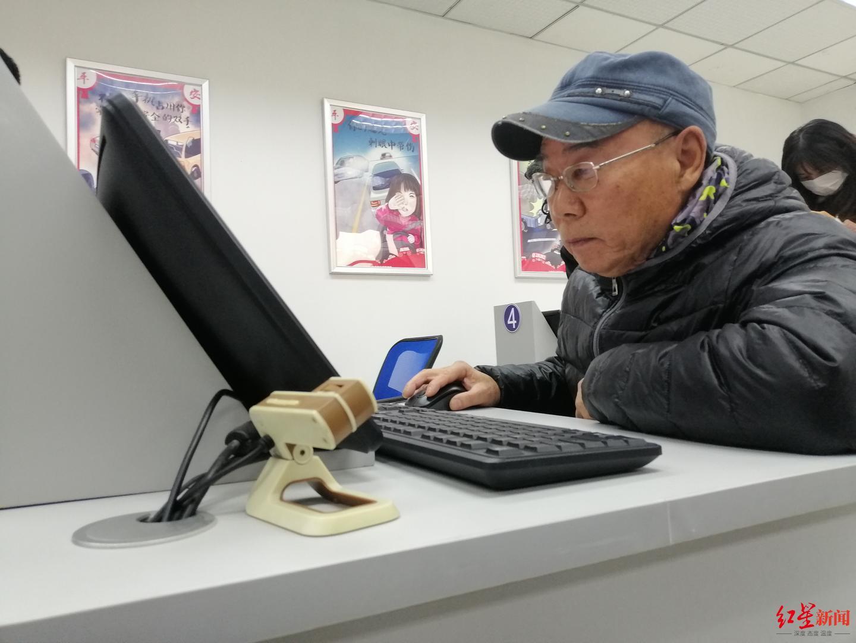 """【彩乐园最新地址】_取消驾考""""70岁年龄上限""""后,90多岁的成都老人也到车管所咨询"""