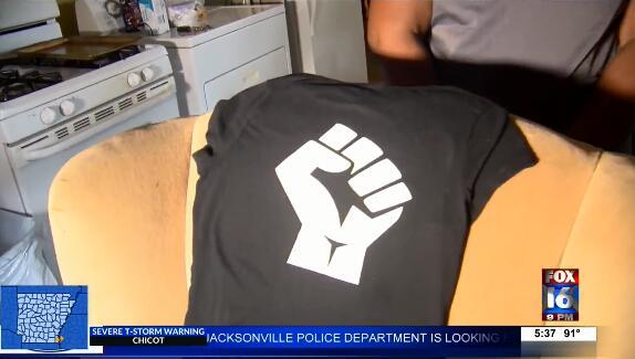 朱妮上周五穿的另外一件印有拳头的T恤。图源:《国会山报》