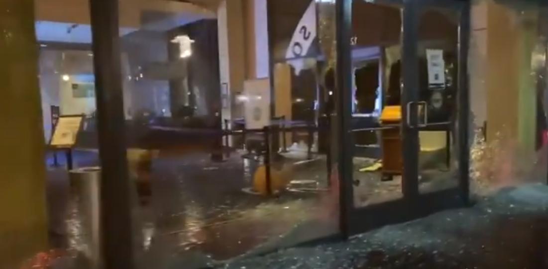 波特兰市区内建筑遭到示威者破坏现场