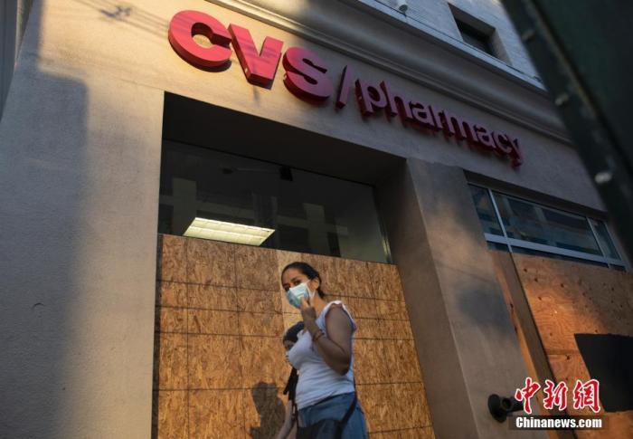 当地时间11月1日,美国旧金山市中心一些商店用各式挡板加固门窗,以应对美国大选投票日及其后可能出现的破坏行为。近日,全美各地众多商家纷纷为选举可能引发的破坏行为做准备。中新社记者 刘关关 摄