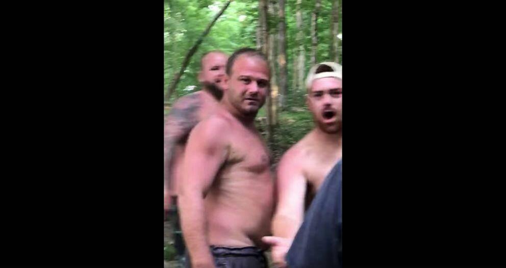 【直通车恶意点击器】_美国一黑人男子遭一群白人男子殴打还被按树上,FBI介入调查