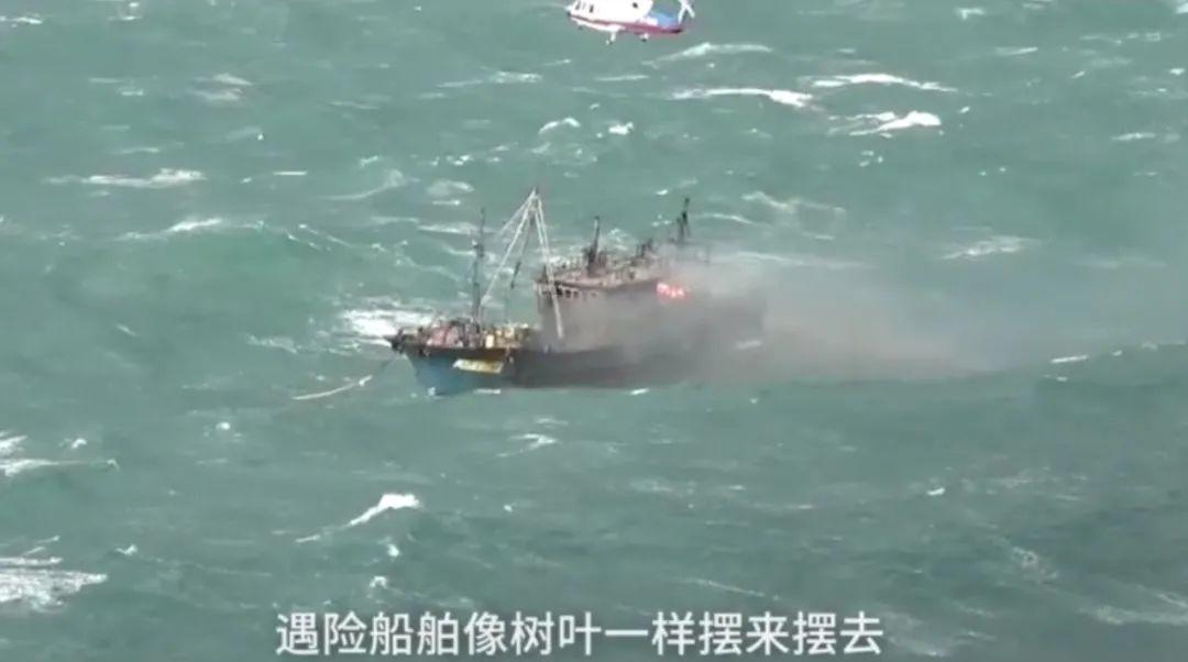 货船海上翻扣,女飞行员冒险驾机着舰救援 最新热点 第3张