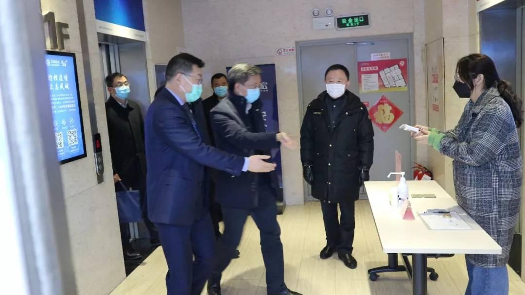 青岛市副市长薛庆国一行走访首宏医疗控股集团,调研督导防疫工作