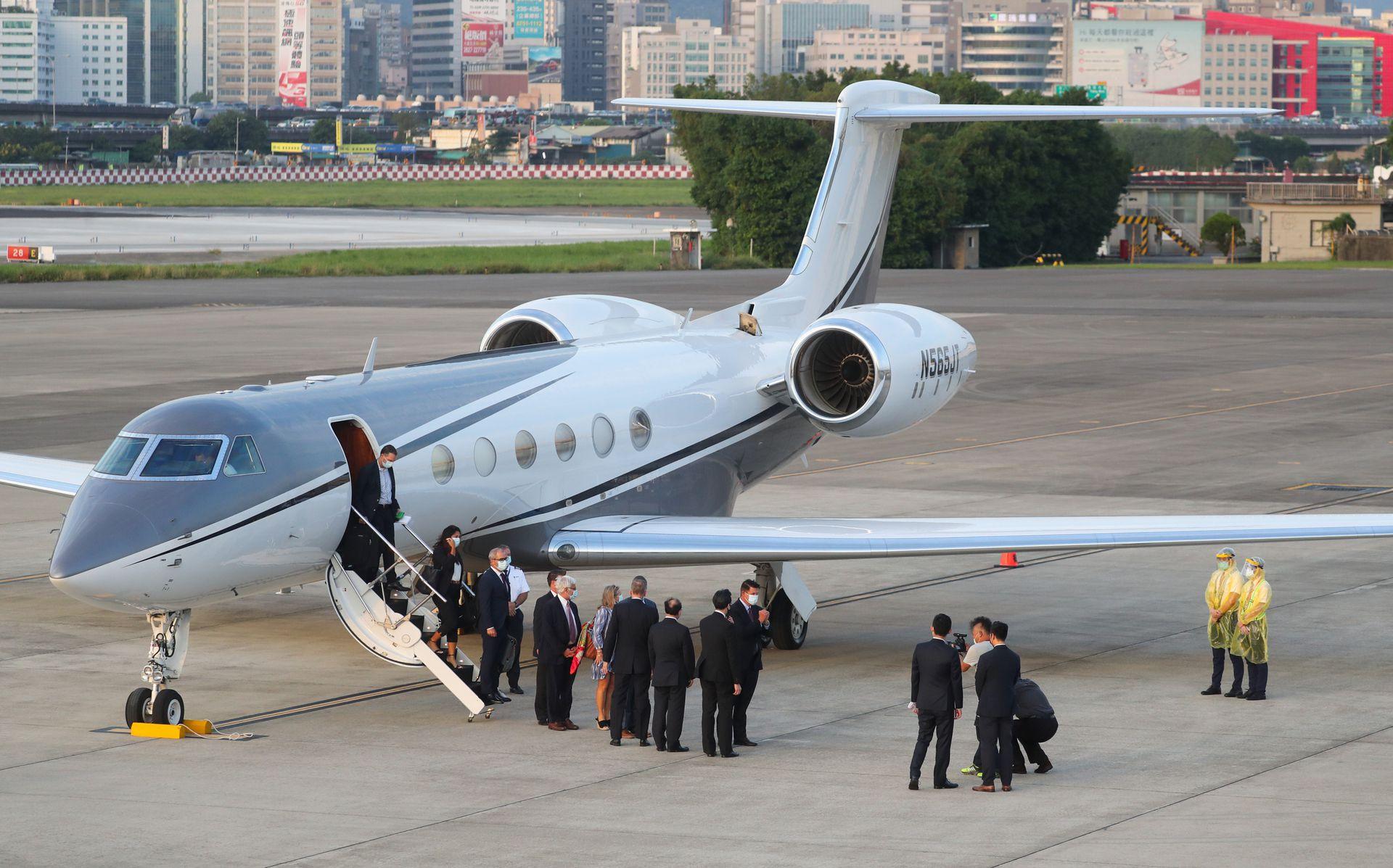 """克拉奇搭乘商务机抵台。图片来源:""""中央社"""""""