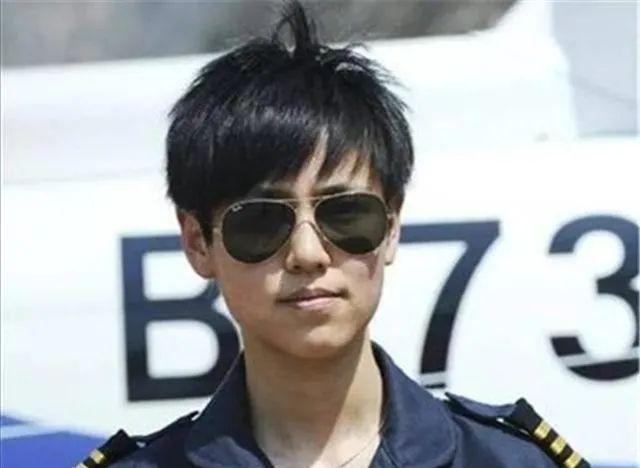 货船海上翻扣,女飞行员冒险驾机着舰救援 最新热点 第1张
