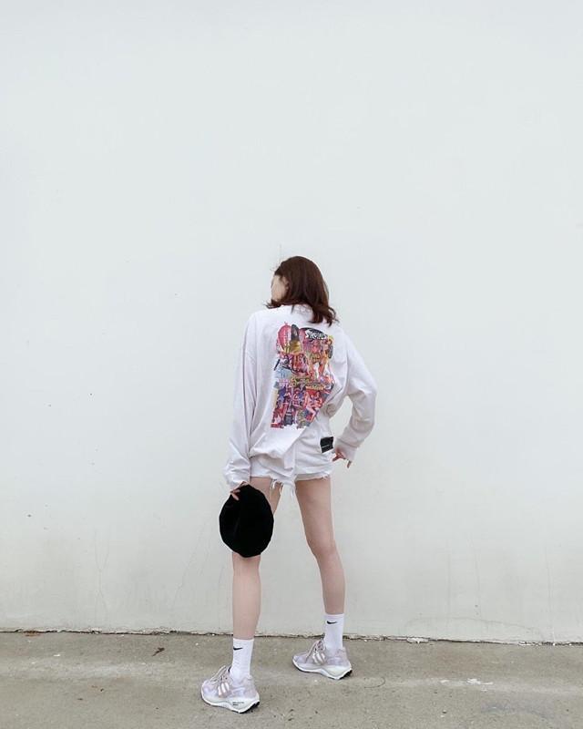 江疏影秀私服,穿白色印花T恤搭短裤,衣品好了人就美了