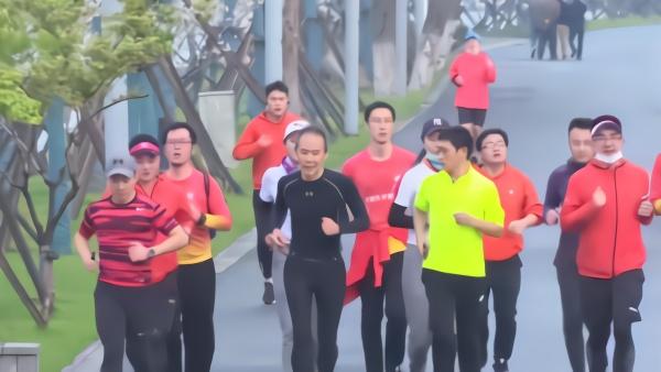 企业家王石鼓励参与户外活动,网友争论