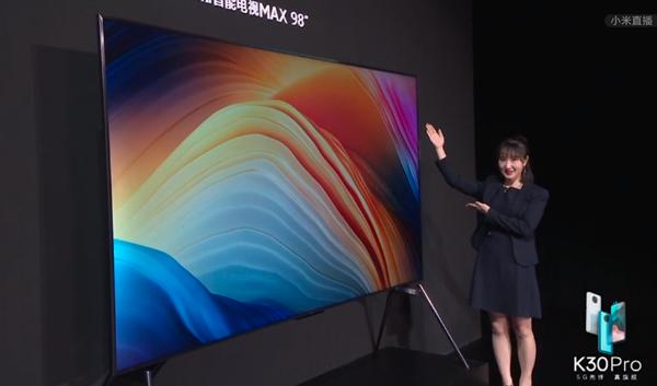 Redmi智能电视98英寸MAX有多大:小姐姐站摸够不到 98英寸