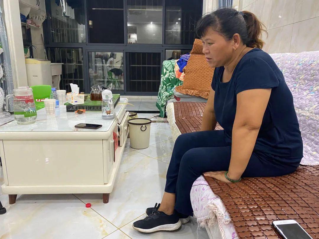 8月6日22时,宋小女还在接受媒体采访,疲惫是她最近生活的常态。新京报记者杜雯雯 摄