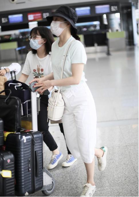 """袁姗姗身材真不赖,穿""""六分裤""""也不显腿短,这比例真叫人羡慕"""