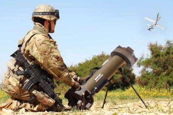 """士兵正在操控""""英雄""""-30无人机。该无人机仅3公斤重,飞行距离达40公里,可携带500克弹头。(美国雅虎新闻网站)"""