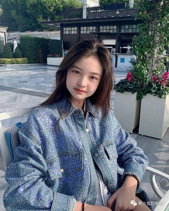 被夸中国版Jennie的猫系幼幼脸美少女,居然是全家最丑的?