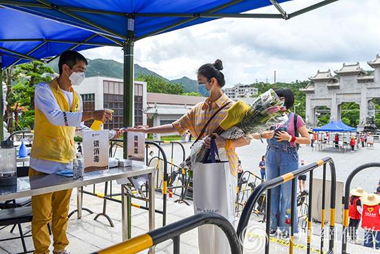 工作人员为大家进行手部消毒(图片来源:凤凰网佛教 摄影:珠海普陀寺)