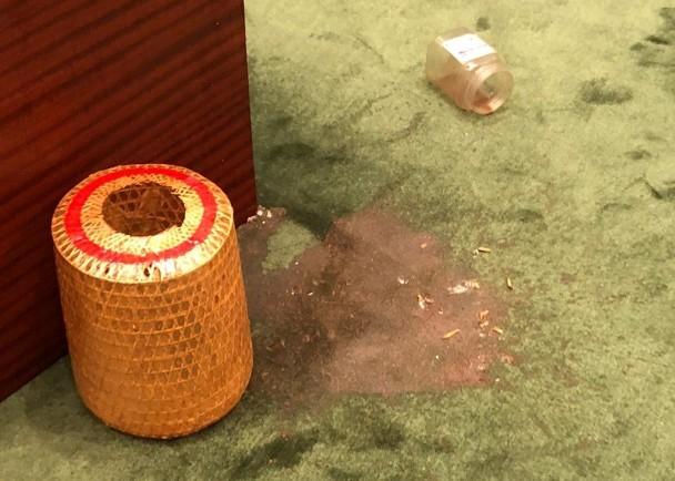 """反对派议员所投掷的含白色虫不明液体 图自""""东网"""""""