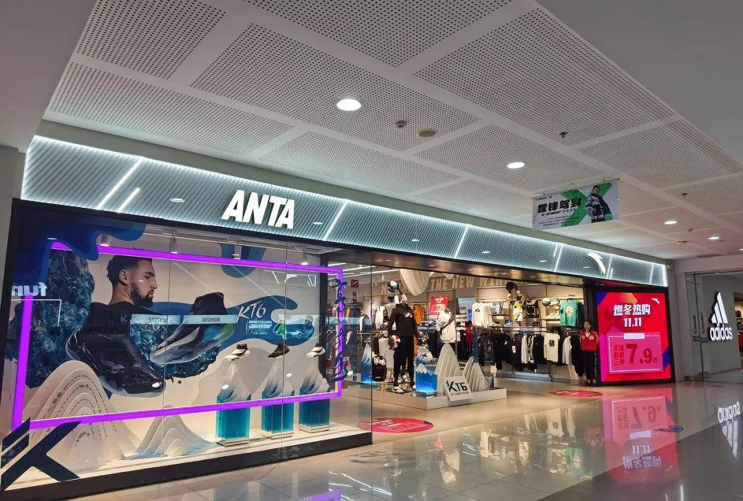 2020年,安踏位于购物中心的一间门店。/图虫创意