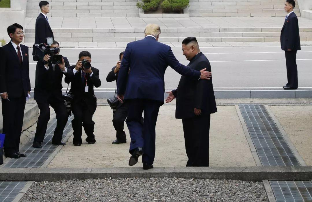 ▲资料图片:当地时间2019年6月30日,正在韩国访问的美国总统特朗普(左)在板门店与朝鲜最高领导人金正恩握手会面后,跨越军事分界线来到朝方一侧。(新华社)