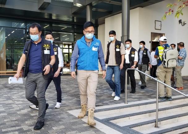 """▲香港警务处国安处到港中大调查。图自""""东网"""""""