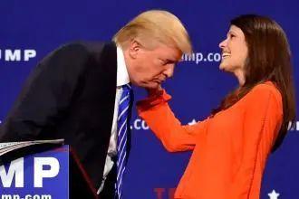 ▲特朗普曾经为了打破假发传言主动邀请美女摸他的头发。图片来自网络。