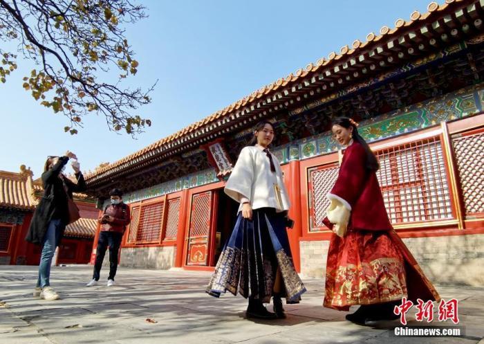 资料图:11月6日,游客穿着各式古装在北京故宫游览。今年是紫禁城建成600周年,越来越多的游客热衷于着古装游览。 中新社记者 张宇 摄