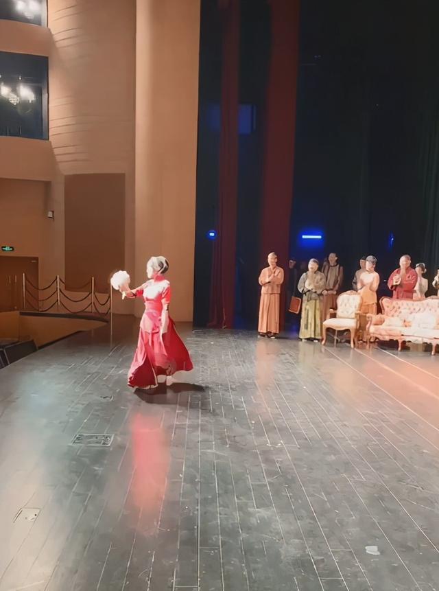 刘晓庆再演少女_一身红衣婀娜,为答谢观众跪地 八卦 第2张