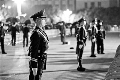 【网站空间域名】_追访天安门执勤武警官兵:游客撑伞 哨兵为何频频后退?