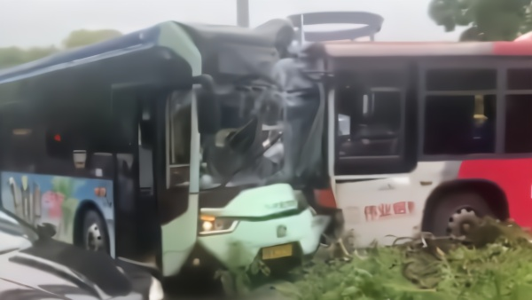 车费纠纷男子拽司机致两公交车相撞,刑拘