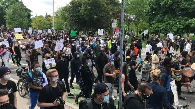 加拿大也开始闹了:千人游行示威,反对种族主义