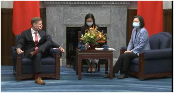 """芮乔丹(左)与蔡英文(右)见面(图片来源:台湾""""中时电子报"""")"""