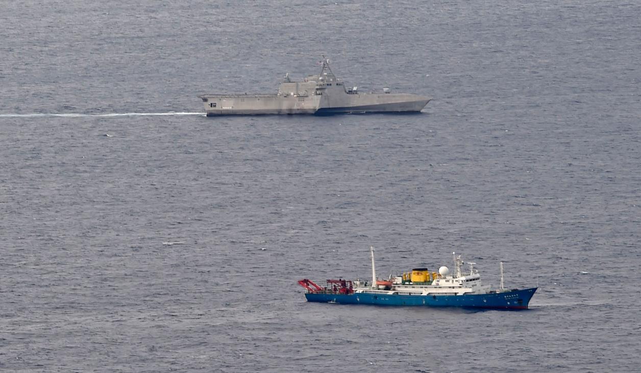 【迪士尼月饼】_美军濒海战斗舰在南海抵近中国科考船,中国海军护卫舰现身