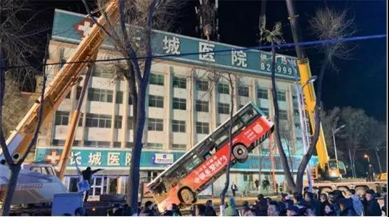 青海西寧一輛公交車掉入塌陷路面 已致9人遇難