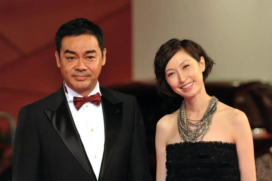 刘青云夫妇外出,53岁港姐妻子背双肩包像女学生,卫衣黑裤好亲民
