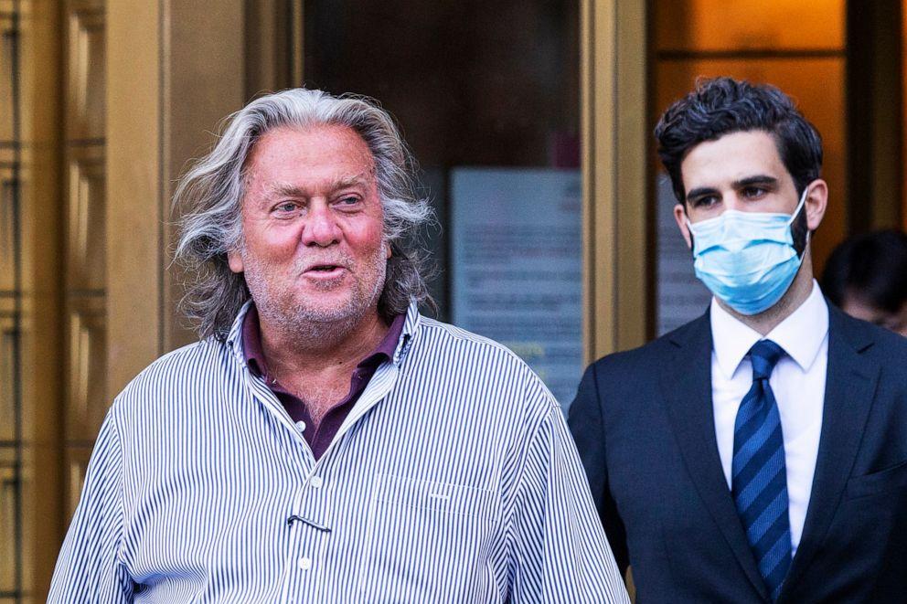 当地时间8月20日,班农拒绝认罪,缴纳保释金后离开法院。