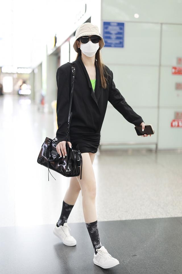 """戚薇身材比例太好,穿西装穿出""""长腿""""特效,自己都质疑P图太过"""