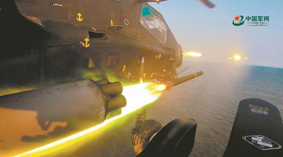 """对海上目标进行连续打击。 仲秋时节,第81集团军某陆航旅海上实兵实弹演习在渤海湾上空打响。 担负攻击""""敌""""海上目标任务的武装直升机编队,突遭""""敌""""无人机袭扰。指挥员沉着应对,连续下达多道指令,挂载航弹的6架武装直升机灵活协同、果断出击。战鹰火舌喷涌,""""敌""""无人机中弹坠入大海。 处置完突发""""敌情"""",战鹰编队继续对""""敌""""海上目标实施搜索,有的抵近侦察,有的跃升俯冲,如同数把尖刀在蒙蒙雨雾中挥舞。 """"开始攻击!""""接到作战指令,战机迅即拉升高度,运用观瞄系统精准锁定目标,一枚枚火箭弹如火龙出巢,直扑目标。 与此同时,渤海湾畔另一空域,立体投送特战队员的战机也遭遇战斗。 曾在飞行训练中成功处置空中险情的飞行员李燕曦,驾机与另一架战机协同出击。压杆、蹬舵、掉头、跃升……经过一番激烈斗法,李燕曦抓住时机锁定目标,成功击落""""敌""""机。 战鹰振翅,呼啸海天。此次演习,该旅设置复杂""""敌""""情,全程情况诱导,接连完成隐蔽突防、机降破袭、空中格斗等战术课目,海上夜间火力打击等实战能力实现新突破。蕾茜 徐 洋 陆振宝摄影报道图片来源:中国军网"""
