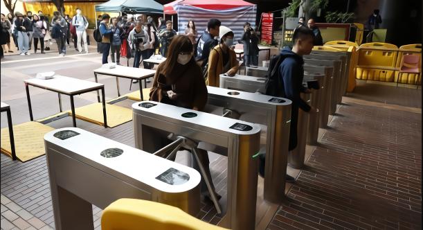 香港理工大學開學 校方在出入口加裝閘機