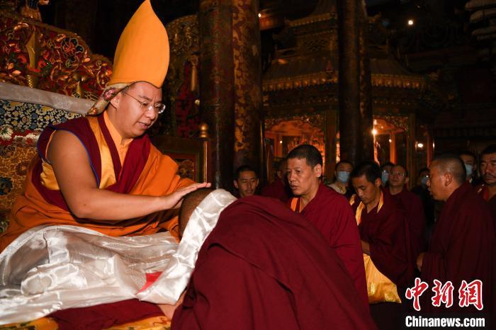 8月3日,班禅额尔德尼·确吉杰布在大昭寺为僧众摸顶赐福。 何蓬磊 摄