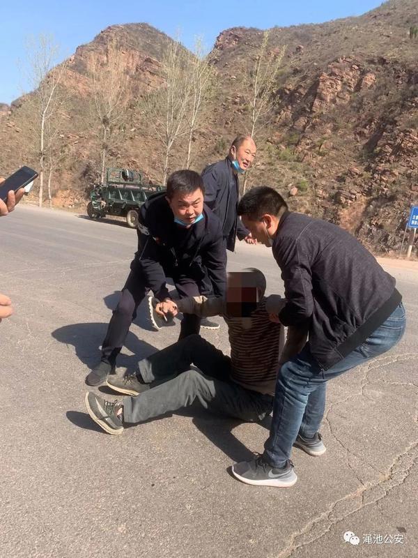 三轮车翻了,他们擦肩而过,二话不说,救了人一命。