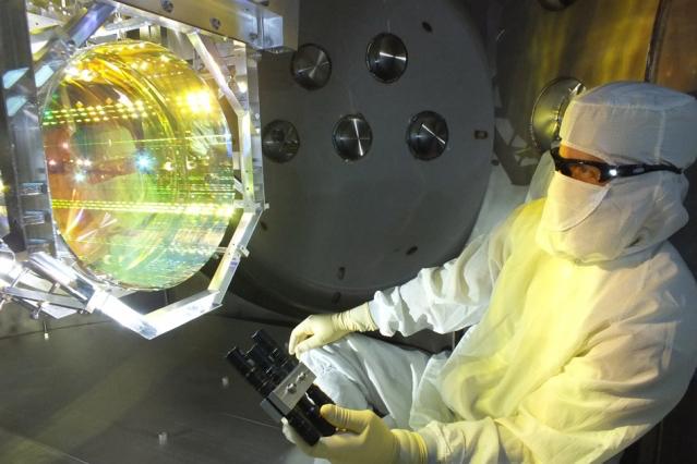 一名光学技术人员正在检查LIGO的一面镜子。| 图片来源:Matt Heintze/Caltech/MIT/LIGO Lab