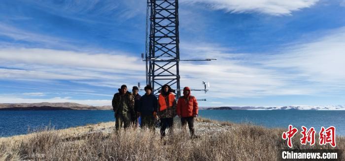 纳木错湖心岛湖面蒸发观测边界层气象铁塔施工人员合影。(中科院青藏高原所研究团队 供图) 研究团队 供图 摄