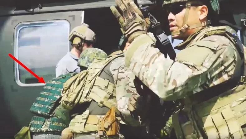 身穿台军迷彩(红色箭头处)的士兵与美军在一起训练 图自台湾联合新闻网