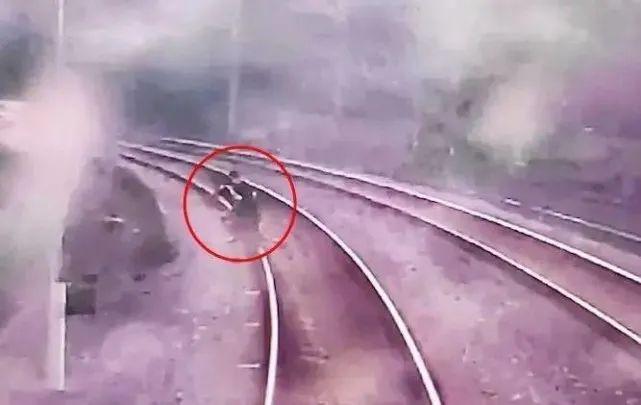 【加勒比官网中文版在线网站系统】_差两秒被撞上!两男孩偷入铁路封闭区拍视频,导致动车紧急停车
