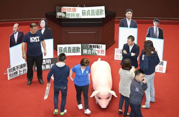 """苏贞昌拒为美猪道歉 国民党""""立委""""现场高歌讽刺"""