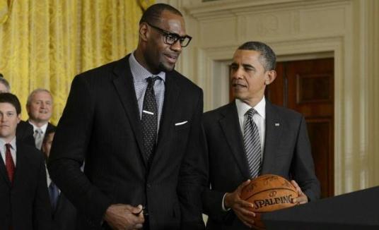 詹姆斯纪录被打破!奥巴马高中战袍拍卖,被调侃比乔丹早穿23号