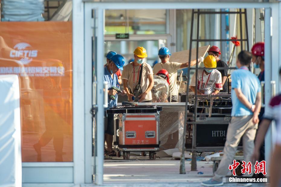 8月28日,北京,参展商进行展台布置。8月中旬,2020年中国国际服务贸易交易会在北京奥林匹克园区临时场馆搭建完毕,转入根据参展商需求的内部装修阶段。 中新社记者 田雨昊 摄