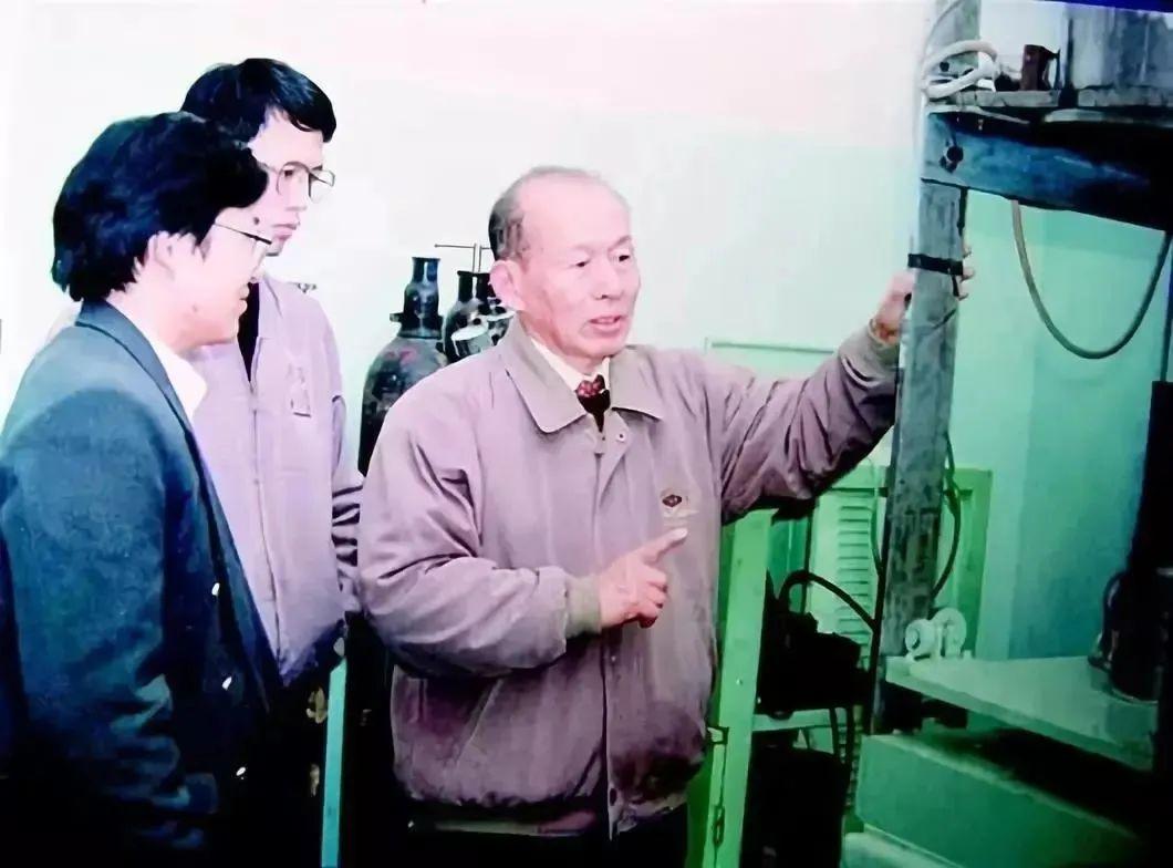 ·崔崑(右一)在实验室。