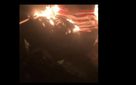 示威者将燃烧的美国国旗覆盖在雕像上 图源:美媒