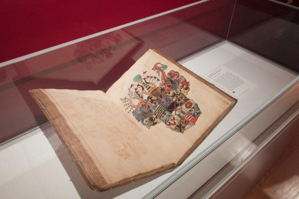 小卢卡斯·克拉纳赫(1515-1586),徽章手稿,约1565,水粉墨水。这一页显示了萨克森选民的主要武器,交叉剑和带条纹的黑黄武器萨克森(左上角),这些武器在整个展览中反复出现。