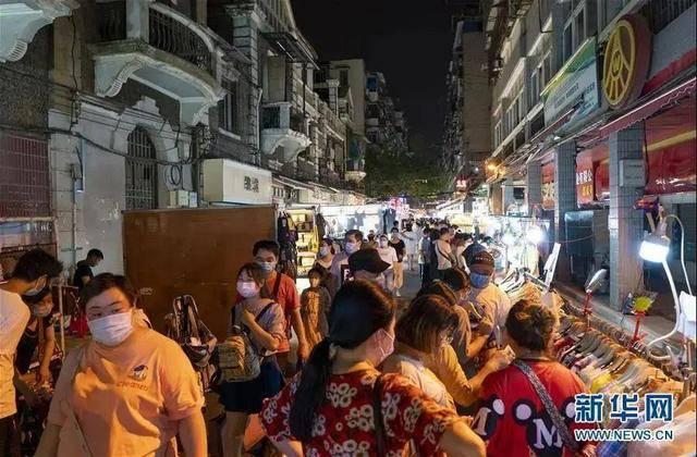 地摊经济不可避免影响周围居民生活,图片来源:新华网